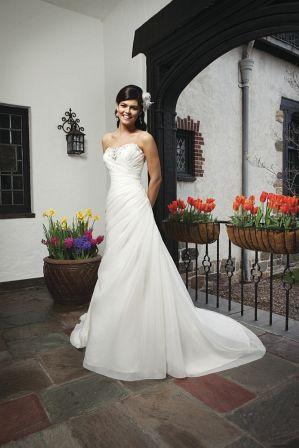 Elegantes Hochzeitskleid reich bestickt mit Kristallen